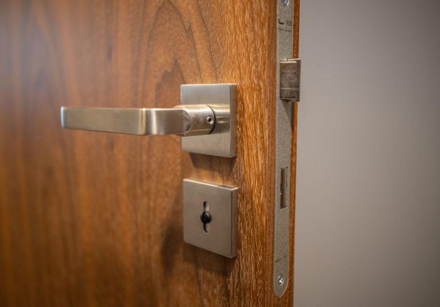 Pastiprinātas koka durvis