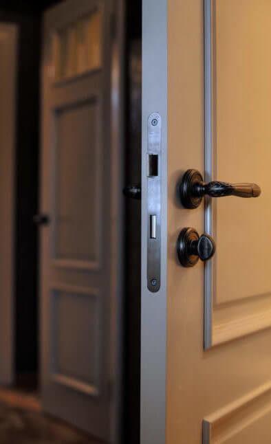 Ugunsdrošās un skaņu izolējošās durvis