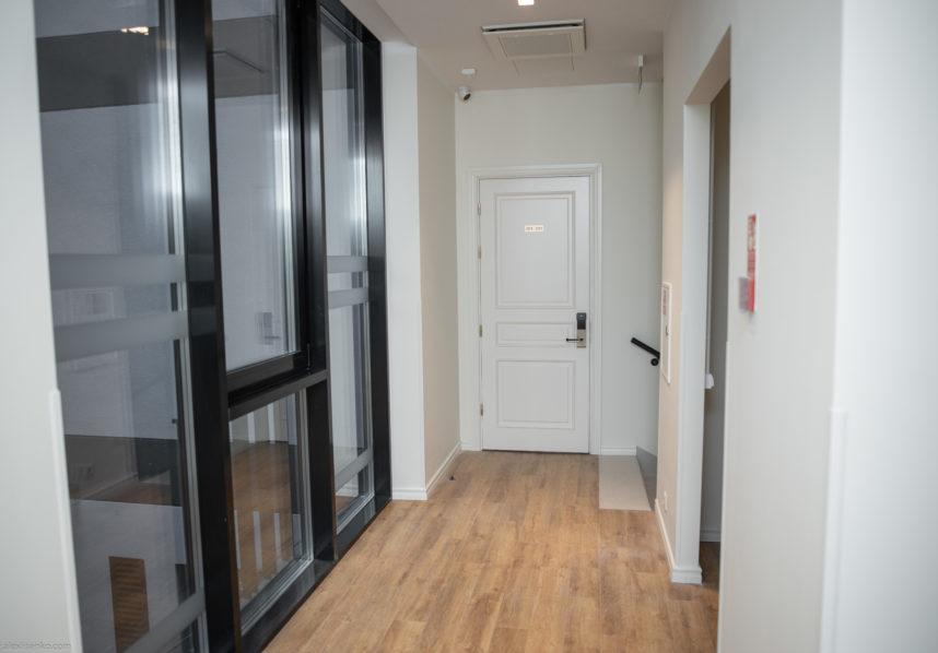 Modernizēts dizains klasiskajām durvīm